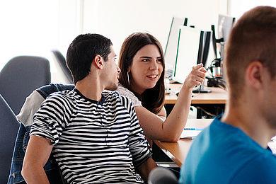 Zwei Studierende in einer Lehrveranstaltung